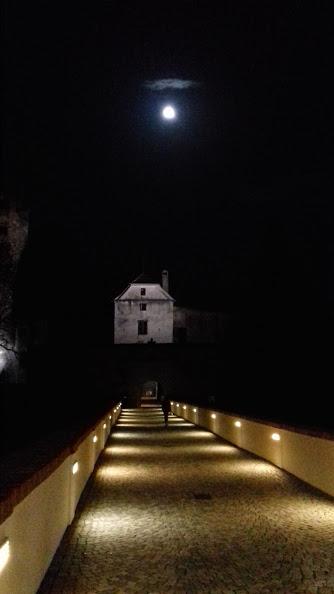 Mond über der Brücke