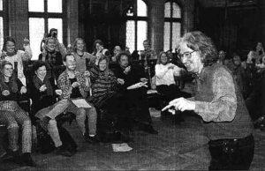 Augusto Boal leitet die Vorstellung zum Legislativen Theater im Rathaus München ein